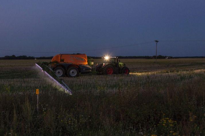 La nuit, le pulvérisateur travaillait à 17km/h.