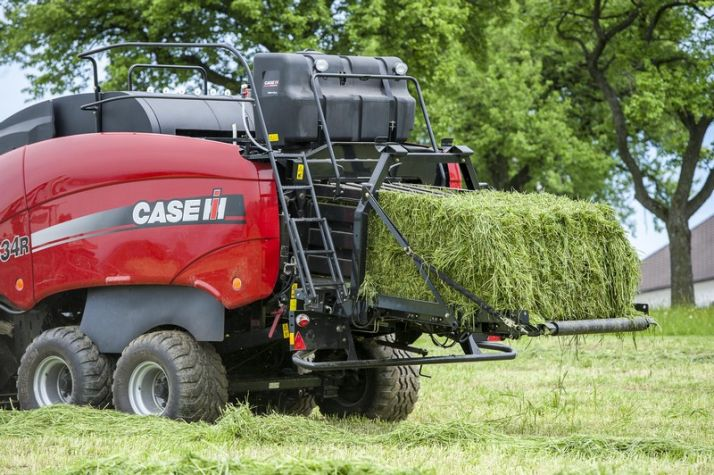 La presse cubique Case IH contrôle le tracteur via l'Isobus. Photo: Case IH