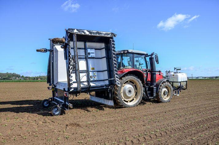 Développée grâce aux échanges entre les experts de Tereos et d'Ecorobotix, l'Ara est une machine autonome, équipée d'une rampe de 6 m de large, repliable et attelée à un tracteur.