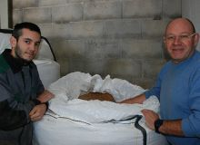Didier Belaval et son neveu Romain Barre travaillent ensemble leurs exploitations. L'introduction de légumineuses dans l'assolement, dont le pois chiche, est un projet commun. © C. Milou/Pixel image