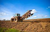 70% des agriculteurs estiment qu'ils devront se rééquiper après l'arrêt du glyphosate. ©Thierry RYO/Adobe Stock