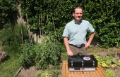 Yves Hatzfeld, fondateur de Microspotter, à côté du boitier analyseur d'air. Photo Microspotter.